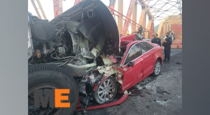 """Mujer pierde la vida en choque de su auto contra un camión en la """"Siglo XXI"""""""