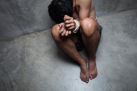 Arrestaron a mujer que mantuvo encerrado a su hijo por 28 años