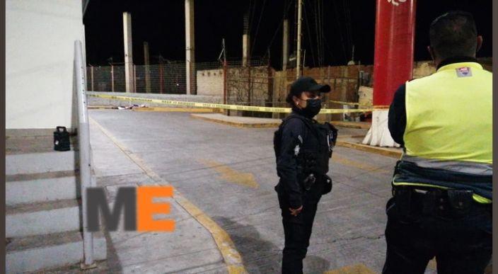 Encuentran cuerpo de hombre muerto en estacionamiento de Elektra en Morelia