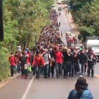 Caravana de 9.000 migrantes hondureños camina con hacia EE.UU.