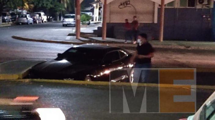 Vehículo queda atrapado en cuneta en Lázaro Cárdenas