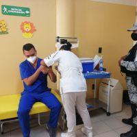 Acusan en redes influyentismo en aplicación de vacuna COVID-19