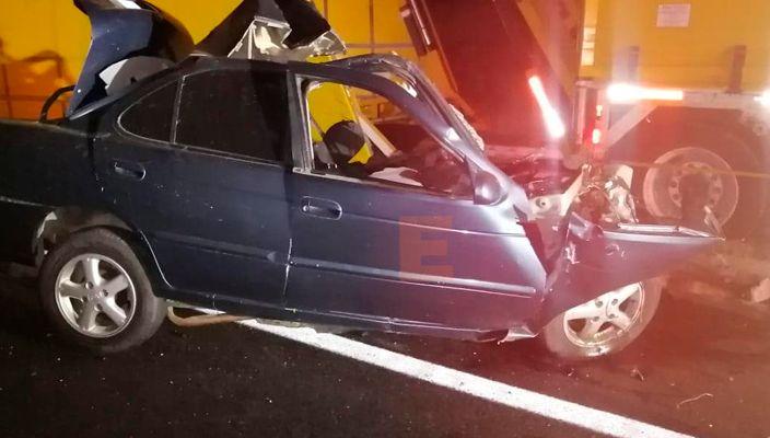 Mueren cuatro personas en choque de auto compacto contra camión nodriza en Arteaga