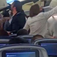 Pasajeros insultan a AMLO a bordo de un vuelo comercial (video)