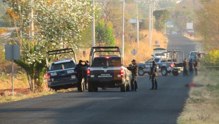 """Abandonan 5 ejecutados en la entrada a """"El Guamúchil"""" en Zamora, Michoacán"""
