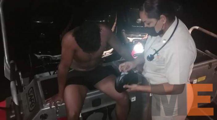 Marinos salvan a bañista en Lázaro Cárdenas
