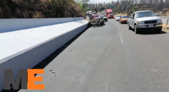 Viga de concreto cae de un remolque y obstruye la carretera Morelia-Pátzcuaro