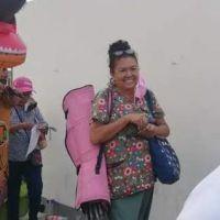 Un joven uso disfraz de dinosaurio para acompañar a su mamá a vacunarse