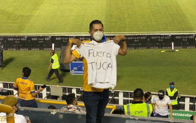 Critican aficionados a Tuca y los sacan del estadio, Tigres inicia investigación