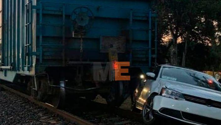 Tren embiste y arrastra vehículo, frente a la papelera en Uruapan; herido el conductor
