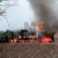 Bloquean camino con camiones quemados en Chinicuila, Michoacán
