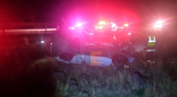 Volcadura en la pista de Occidente deja dos personas fallecidas