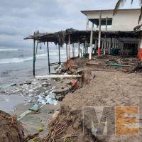 Enramadas de Lázaro Cárdenas se ven afectadas por el mar de fondo