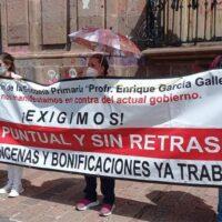 Magisterio continúa protesta en demanda de pagos; normalistas vuelven a vandalizar