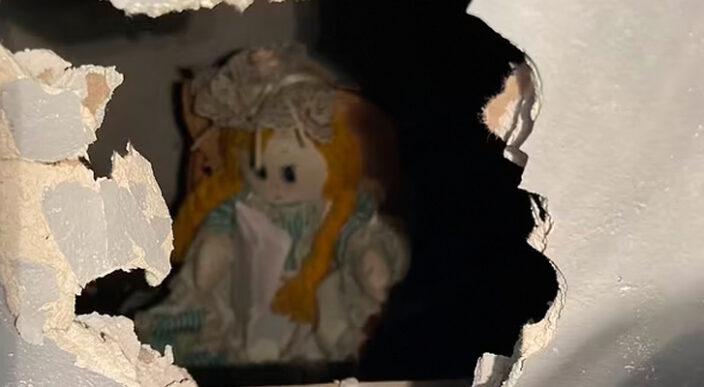 Hombre encuentra en su casa muñeca de trapo escondida en su pared en EU