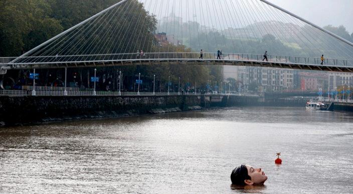 """La obra de Rubén Orozco """"cabeza de una niña"""" en el ría de Bilbao sorprende a ciudadanos"""
