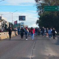 En demanda de quincena, trabajadores del Poder Judicial cierran salida a Pátzcuaro