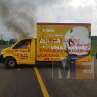 En protesta para exigir salarios, queman camioneta comercial